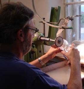 Glasgraveur bei der arbeit